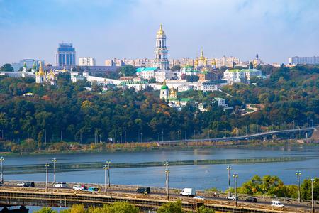 Paton brug en Kiev Pechersk Lavra op de achtergrond. Oekraïne