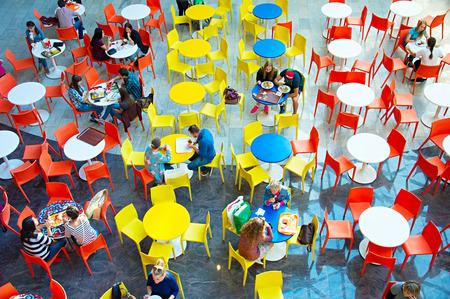 centro comercial: Kiev, Ucrania - 22 de septiembre 2015: La gente en Ocean Plaza centro comercial en Kiev. Ocean Plaza es el segundo mayor complejo de centro comercial y de ocio de Kiev.