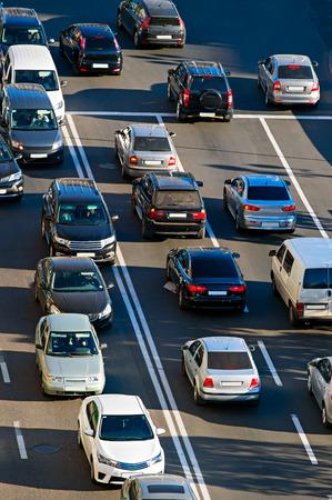 Vista superior de un tráfico en una carretera al atardecer