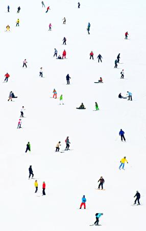 Beaucoup de skieurs et snowboarders sur une pente à ciel station