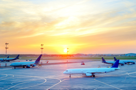 Veduta di aerei presso l'aeroporto nel bel tramonto