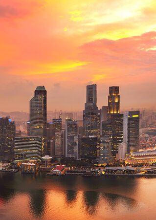 Vista aérea de Singapur centro a la puesta del sol Editorial