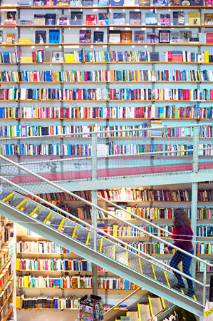 LISBON, PORTUGAL - DEC 21, 2014: Woman on a stairs in large and famous bookstore Ler Devagar in Lisbon, Portugal 新聞圖片