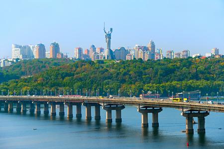 Paton bridge over the river Dnieper, Mother Motherland monument in Kiev, Ukraine Foto de archivo