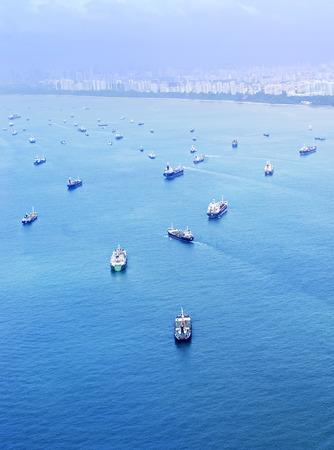 Aeril uitzicht op de vrachtschepen in de haven van Singapore