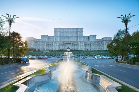 Parlement de Bucarest avec fontaine en face d'elle. Roumanie Banque d'images - 66083375