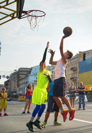 personas en la calle: KIEV, Ucrania - DE SEPT 11, 2016: Adolescentes que juegan al baloncesto durante el Campeonato 3x3 Streetball de Ucrania.