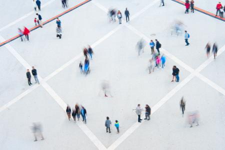 vysoký úhel pohledu: Letecký pohled na dav. Dlouhá expozice. Rozostření pohybu
