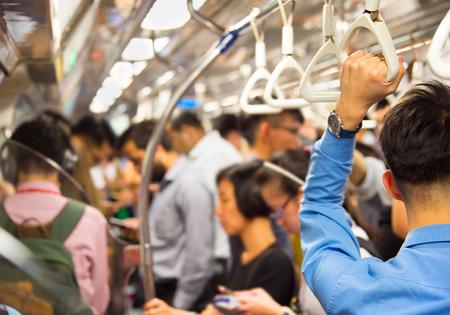 Mensen in de overvolle metro. Singapore