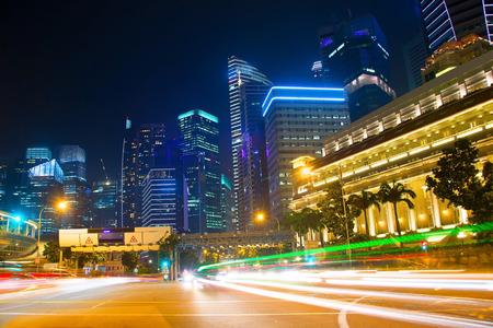 シンガポールのダウンタウン中心に道路上のトラフィック。長時間露光