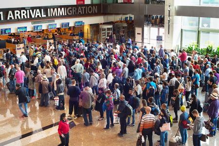 SINGAPUR - 13 de enero de 2017: Personas esperando en la cola en la inmigración de llegada del aeropuerto de Changi. El aeropuerto internacional de Changi sirve a más de 100 líneas aéreas que funcionan 6.100 vuelos semanales. Editorial
