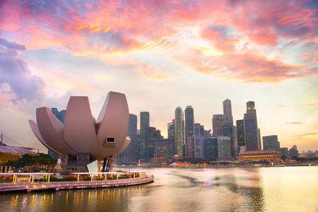 それ以上美しい夕焼け雲とシンガポールのダウンタウンのスカイライン