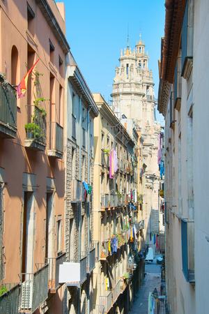 아침에 바르셀로나의 오래 된 마을 거리입니다. 스페인