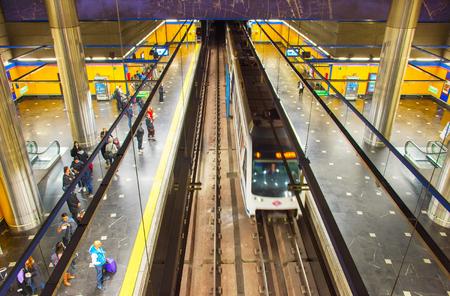 마드리드, 스페인 -22 24, 2106 : 지하철 열차가 마드리드 지하철 플랫폼에 도착합니다. 마드리드 지하철은 세계에서 7 번째로 긴 지하철 인 마드리드 (Madri 에디토리얼