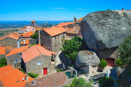 Uitkijkend op Monsanto dorp, Portugal. Dit dorp is beroemd om zijn stenen huizen.