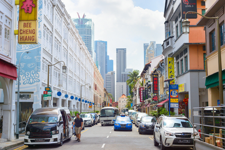SINGAPORE - 17 FEBBRAIO 2017: Automobili su una strada in Chinatown a Singapore. Chinatown è un'enclave etnica situata nel distretto di Outram nella zona centrale di Singapore.