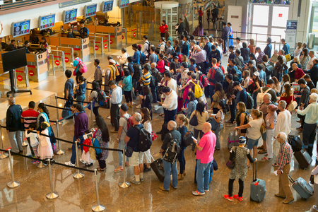 SINGAPORE - JAN 13, 2017: Mensen wachten in de rij bij aankomst immigratie van Changi Airport. Changi International Airport bedient meer dan 100 luchtvaartmaatschappijen die 6.100 wekelijkse vluchten uitvoeren.