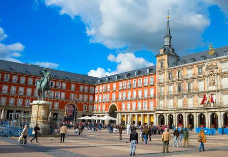 MADRID, ESPAGNE - 07 NOV 2016: les gens à la Plaza Mayor avec la statue du roi Philips III à Madrid