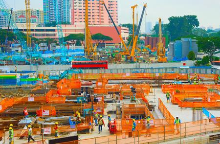 Arbeiter in Uniform auf der städtischen Baustelle. Singapur