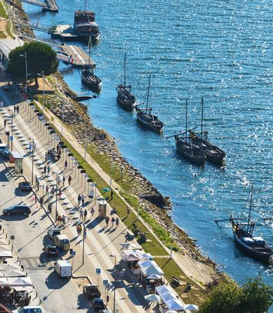 Aerial view of Vila Nova De Gaia with restaurants and traditional boats by embankment, Porto, Portugal Standard-Bild