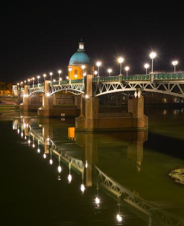 Pont Saint-Pierre et hôpital de la Grave de nuit. Toulouse, France