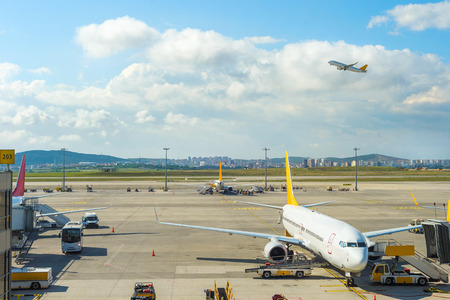 Airplane departure from Istanbul airport, gangway, planes and buses on runway, Turkey 新聞圖片
