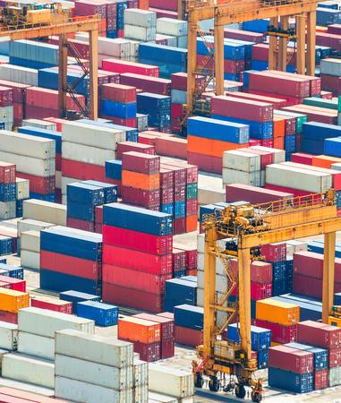 Luftaufnahme von bunten Frachtcontainern im Frachthafen von Singapur