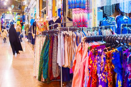 Faldas y vestidos en el Gran Bazar de Teherán, Irán Foto de archivo