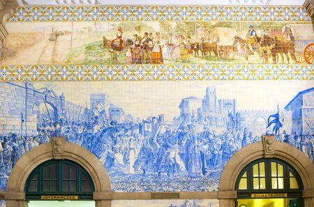 PORTO, PORTUGAL - NOVEMBER 21, 2016: Traditional tiled Azulejo wall at Porto central train sattion 報道画像