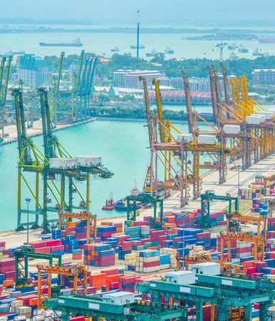 Vista aérea del puerto comercial de Singapur, pilas de contenedores de envío, grúas de carga y buques de carga en el puerto Foto de archivo