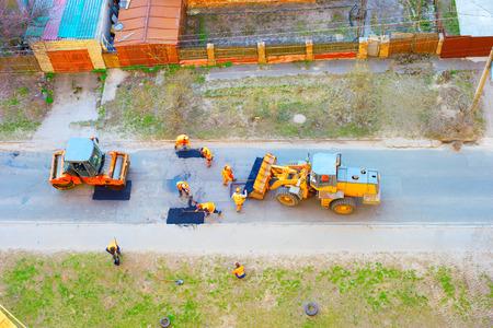 Workers, excavator, roller compactor repair road, top view, Kiev, Ukraine Banque d'images