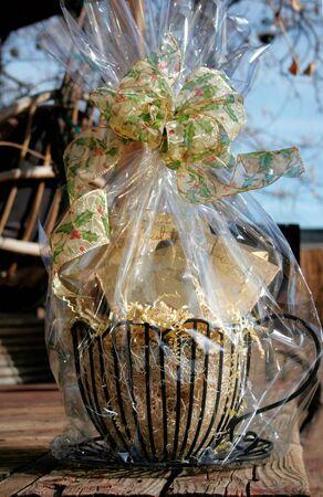 Geschenkkorb auf Holz Hintergrund