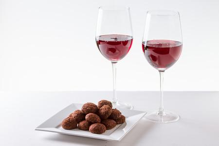 Chocolade Truffels Met Glas Rode Wijn Stockfoto
