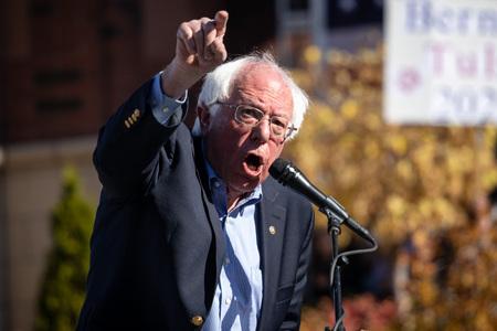 RENO, NV - 25. Oktober 2018 - Bernie Sanders schreit während einer Rede bei einer politischen Kundgebung auf dem UNR-Campus.