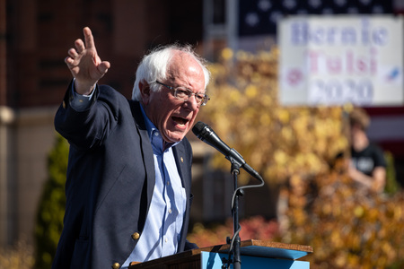 RENO, NV - October 25, 2018 - Bernie Sanders waving arms during a speech at a political rally on the UNR campus. Фото со стока - 120230360