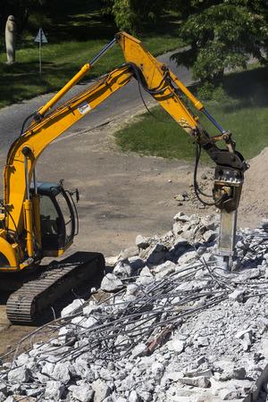 maquinaria pesada: demolición de la maquinaria pesada puente viejo