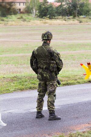 soldado: soldado en un traje de camuflaje peleas