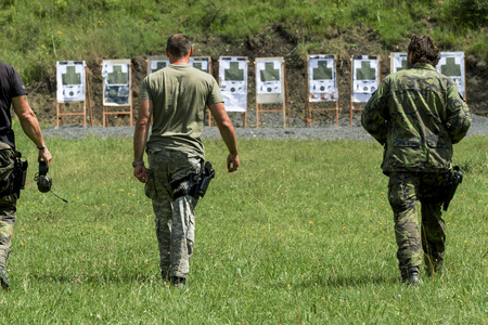 警察射撃場で射撃の練習