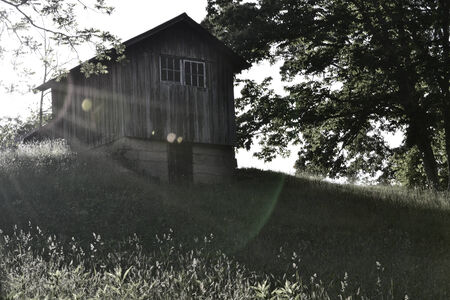 丘の上の古い小屋