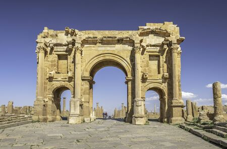 Trajan's arch in roman town Timgad (Colonia Marciana Ulpia Traiana Thamugadi), Algeria 免版税图像