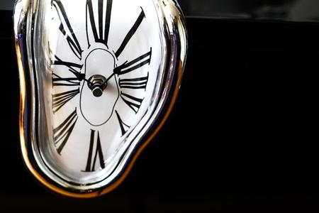 Verzerrtes Foto einer surrealen Uhr über schwarzem Hintergrund. Detail Standard-Bild - 75188479