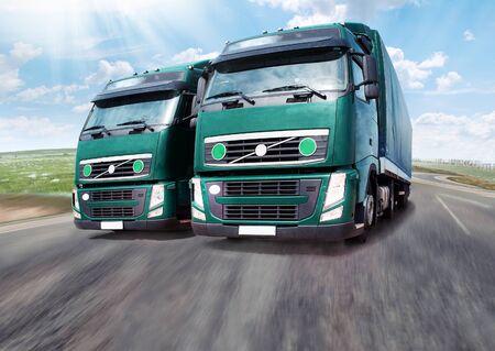 schlagbaum: Trucks. LKW auf der Stra�e, der Verkehr bei �berholman�vern.