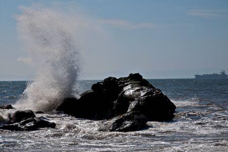 岩に波がクラッシュします。 写真素材