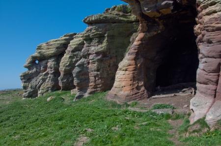 海岸沿いのスコットランドの洞窟