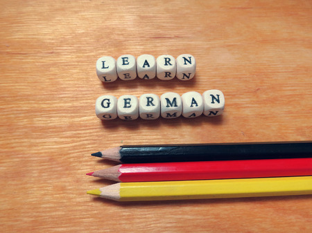 Caption beads - Learn German and colored pencils Stockfoto