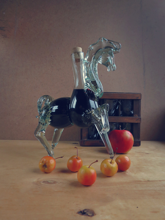caballo bebe: vino en la jarra y las pequeñas manzanas del paraíso