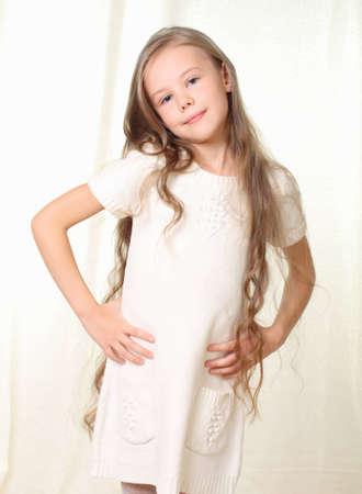 long shots: Ritratto di piccola ragazza bionda con le mani sui fianchi