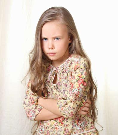 nude little girls: Маленькая блондинка девушка позирует со скрещенными руками на груди