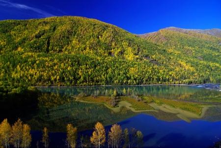 xinjiang: Bay dinosaure dans le lac Kanas, Xinjiang, Chine