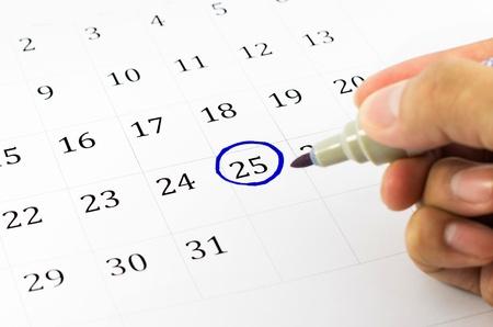 kalendarz: Niebieski okrąg. Zaznacz w kalendarzu na 25.